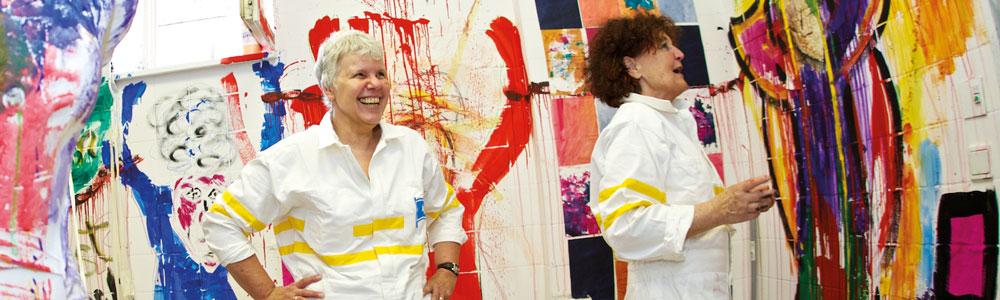 """""""Lebendige Ausstellung"""" – eine Performance mit Farbe an Wänden und Objekten, Foto: Bernd Hellwage"""