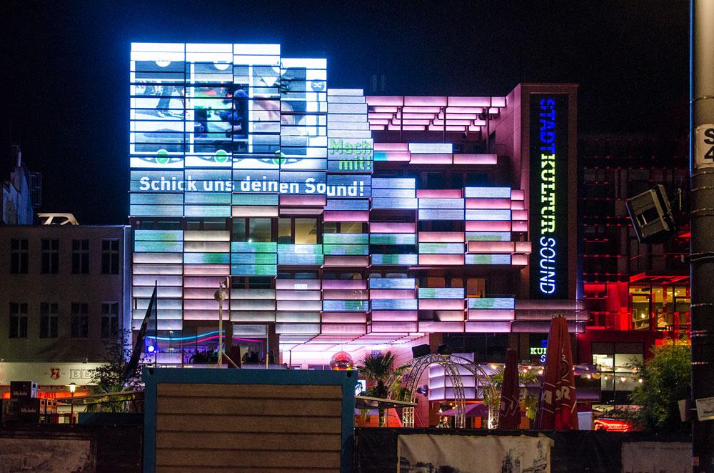 Der Trailer auf der LED-Wand, Foto: Jonas Walzberg