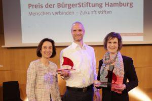 Preisverleihung mit Vorstand Birgit Schaefer (links) und Preisträgern
