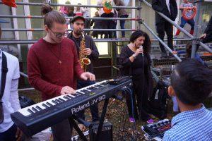 Musikalischer Einsätze in der Wohnunterkunft Weddestraße in HH-Mitte, Foto: Tabea Sens