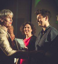 Preisverleihung des Hamburger Stadtteilkulturpreises 2014 durch die damalige Kultursenatorin Prof. Barbara Kisseler (links) an 48h Wilhelmsburg