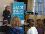 Geschäftsführerin Corinne Eichner heißt die Teilnehmer*innen willkommen