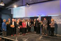 Alle Gewinner aus 15 Jahren, Preisgeber und Senator auf der Bühne