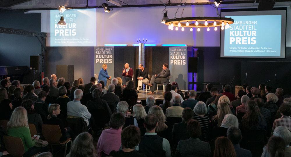 """Talk """"Wie geht es weiter mit der kulturellen Integration?"""" in der vollbesetzten Halle 424 im Oberhafen, Foto: Jan-Rasmus Lippels"""