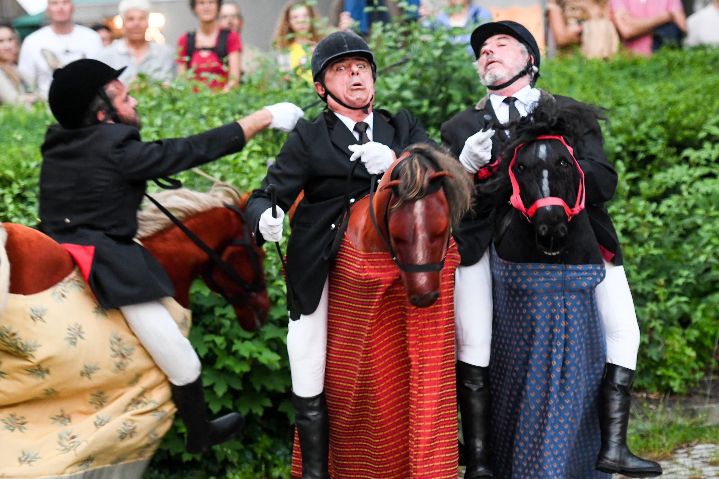 Straßenkunst im Galopp - Die Horsemen von Les Goulus aus Frankreich waren nur eine der zahlreichen faszinierenden Straßentheater-Shows.